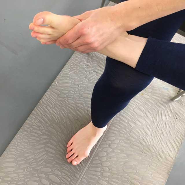 足指の根元を固定