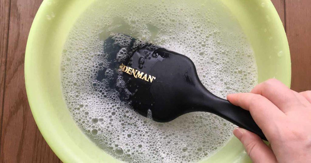 ブラシを洗う