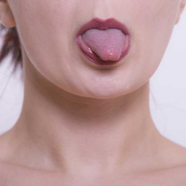 舌を前に出す